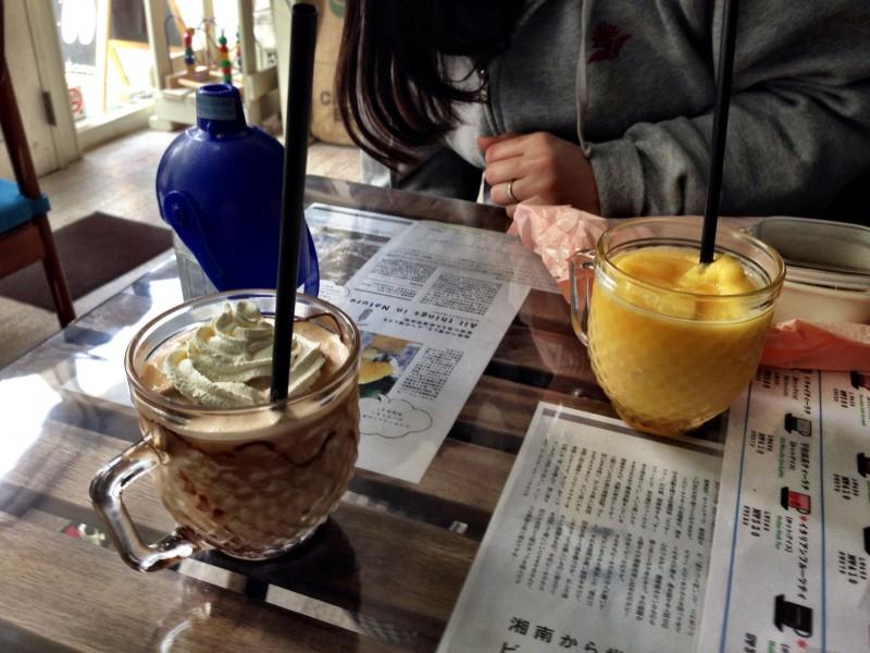 7325coffee/キャラメルマキアートとマンゴースムージー